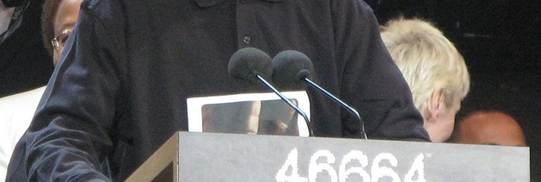 Nelson Mandela é homenageado durante show em Londres, em 2008. O número 46664 foi recebido por Mandela em 1964, quando foi sentenciado à prisão perpétua