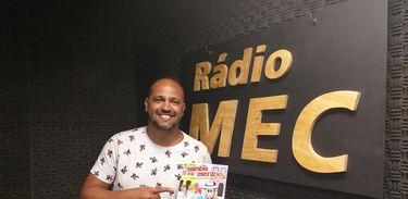 Raphael Moreira no estúdio da rádio MEC