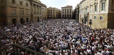 Concentração da plataforma Falamos? em frente à prefeitura de Barcelona pede paz e diálogo a respeito do conflito entre os governos da Espanha e da Catalunha motivado pelo referendo separatista