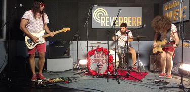 Beach combers com sua formação de guitarra, baixo e bateria nos estúdios da Rádio MEC