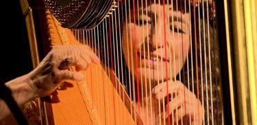 Partituras exibe concerto da harpista Cynthia Valenzuela