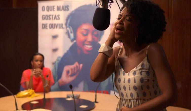 Djamila canta no estúdio da rádio