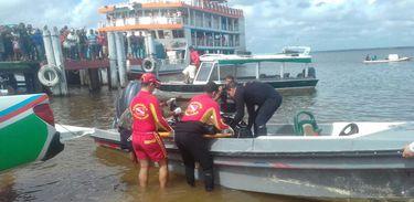 As equipes que trabalham nas buscas de desaparecidos no naufrágio da embarcação Capitão Ribeiro resgatam corpos de vítimas (Márcio Flexa/Divulgação/Secom Pará)
