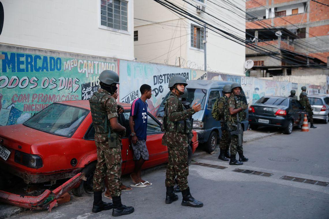 Militares do Exército participam de operação das forças de segurança na comunidade do Preventório, em Niterói.