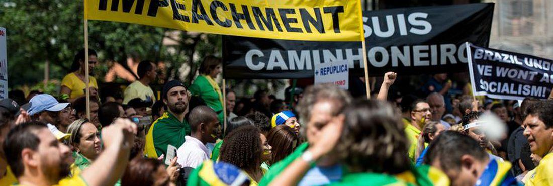manifestantes carregam faixa dizendo Trabalhadores pelo Impeachment