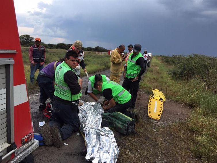 Bombeiros trabalham no local onde um avião caiu em Durango, no México