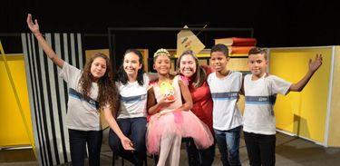 Katy Navarro e estudantes que participaram da segunda temporada do Trilhinha