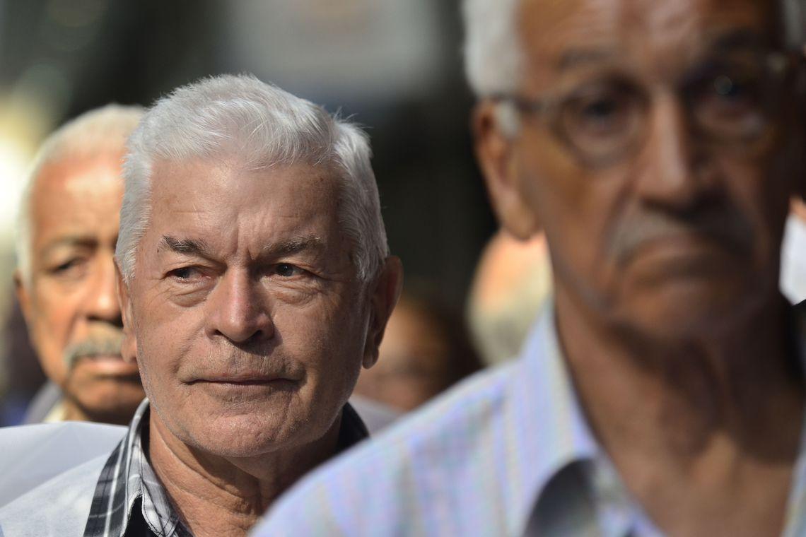 Aeronautas, aeroviários aposentados, e pensionistas do Fundo Aerus, que reúne ex-trabalhadores das extintas Varig e Transbrasil, protestam na Advocacia Geral da União (Fernando Frazão/Agência Brasil)