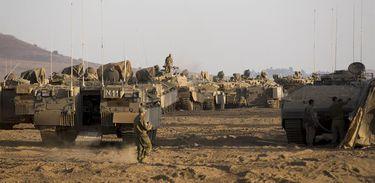 Exército israelense faz exercício militar nas Colinas de Golan, na fronteira de Israel com a Síria. Do lado sírio, um grupo vinculado ao Estado Islâmico, denominado Exército de Jaled bin Wali, domina o território