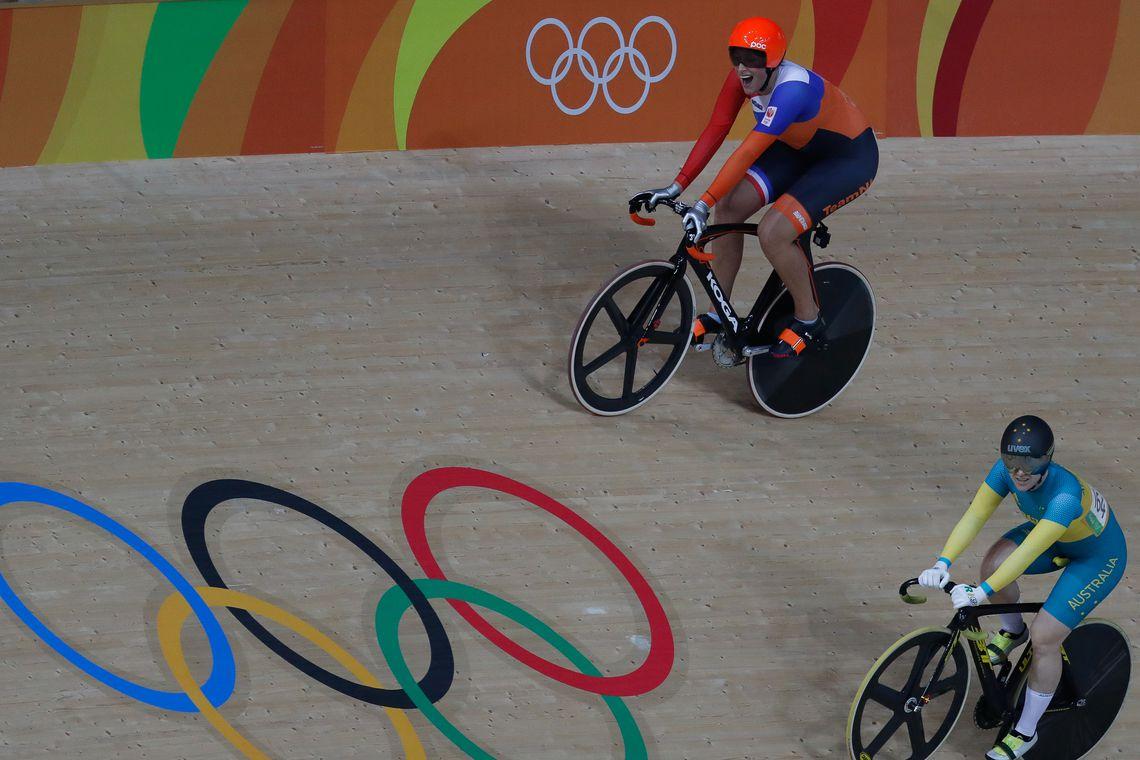 Rio de Janeiro - A holandesa Elis Ligtlee ganha medalha de ouro ao vencer a corrida Keirin de ciclismo no Velódromo dos Jogos Rio 2016, no Parque Olímpico. (Fernando Frazão/Agência Brasil)