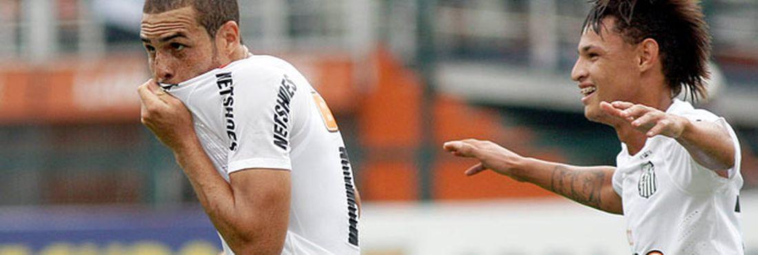 Pedro Castro comemora após marcar o primeiro gol da partida contra o Goiás.  O Santos 81aba768bd10b
