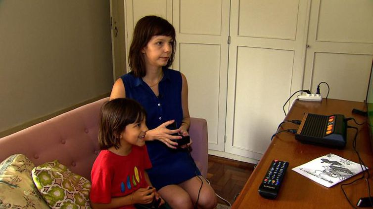 Mãe e filho jogam video game