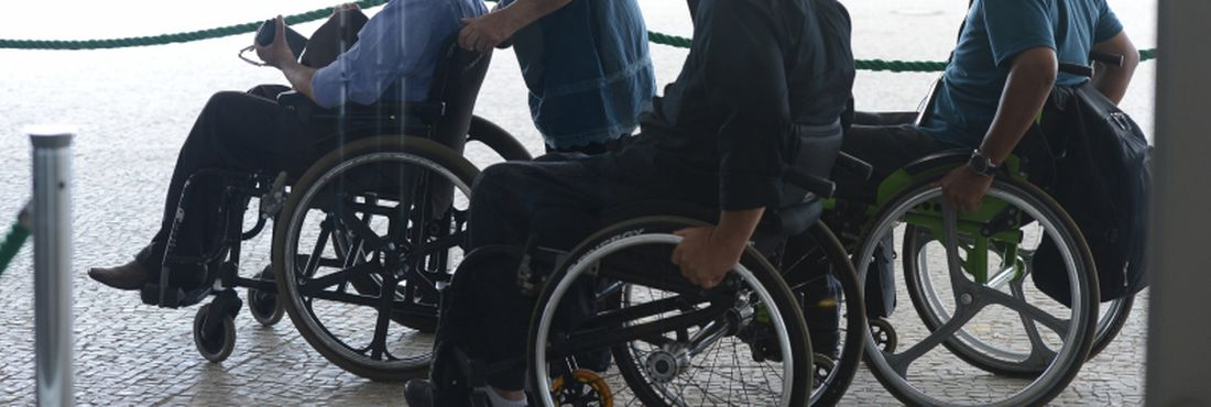 No Dia Internacional da Pessoa com deficiência, a presidenta Dilma Rousseff assina decreto regulamentando a lei que reduz tempo de contribuição e idade para concessão de aposentadoria a pessoas com deficiência, em cerimônia no Palácio do Planalto