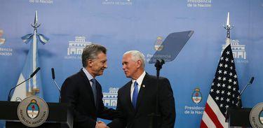 O vice-presidente dos EUA, Mike Pence, aperta as mãos do presidente da Argentina, Mauricio Macri, em Buenos Aires
