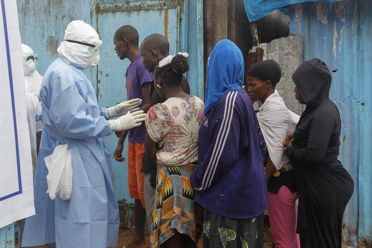 Ebola (Ahmed Jallanzo/EPA/Agência Lusa/ Direitos Reservados)