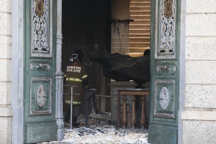 - Bombeiros e Defesa Civil trabalham após incêndio no Museu Nacional, na Quinta da Boa Vista, na zona norte do Rio.  strong Tomaz Silva/Agência Brasil /