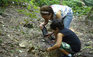 Floresta do Parque Nacional da Tijuca ganha mais 260 mudas de espécies nativas da Mata Atlântica. A ação foi promovida pelos voluntários do Instituto Conhecer para Conservar, do Grupo Cataratas, e de Paineiras Corcovado, no Parque Lage.