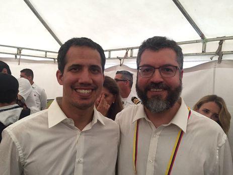 Ministro das Relações Exteriores, Ernesto Araújo, em Cúcuta, Colômbia,  com o presidente interino da Venezuela, Juan Guaidó. Guaidó mandou saudações e agradecimentos ao presidente Bolsonaro e ao Brasil pelo apoio a uma Venezuela livre.