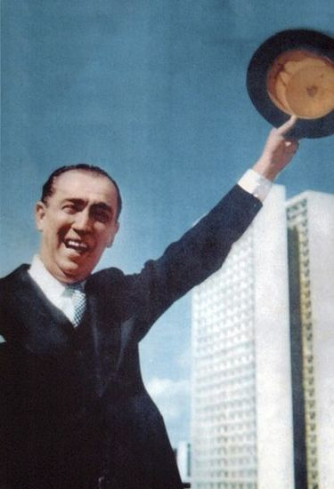 É de Gervásio a foto do ex-presidente Juscelino Kubitschek acenando com a cartola para o povo na inauguração de Brasília, em 21 de abril de 1960.