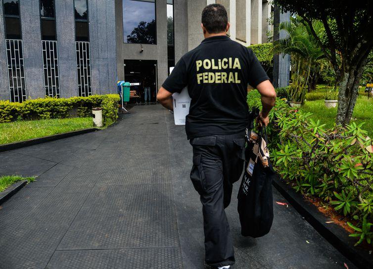 Brasília - A Polícia Federal (PF) deflagrou na manhã de hoje (25) a 6ª fase da Operação Zelotes. Os policiais estão nas ruas para cumprir 20 mandados de condução coercitiva