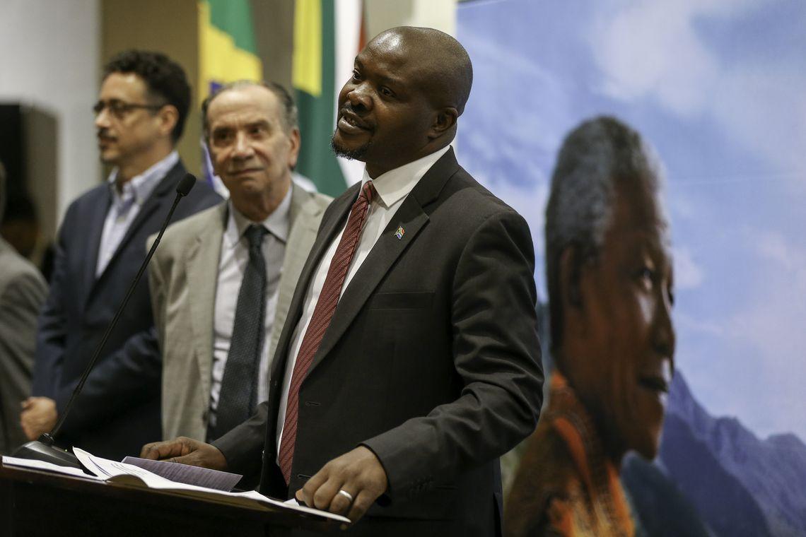 O ministro da Cultura, Sérgio Sá Leitão, o ministro das Relações Exteriores, Aloysio Nunes Ferreira, e o embaixador da Africa do Sul, Joseph Mashimbye, durante inauguração da exposição Centenário Mandela, no Palácio Itamaraty.