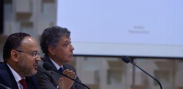 Brasília - O ministro da Educação, Henrique Paim, e o presidente do Inep, Chico Soares, falam sobre os dados do Censo da Educação Básica referentes a 2013 (Marcello Casal Jr/Agência Brasil)