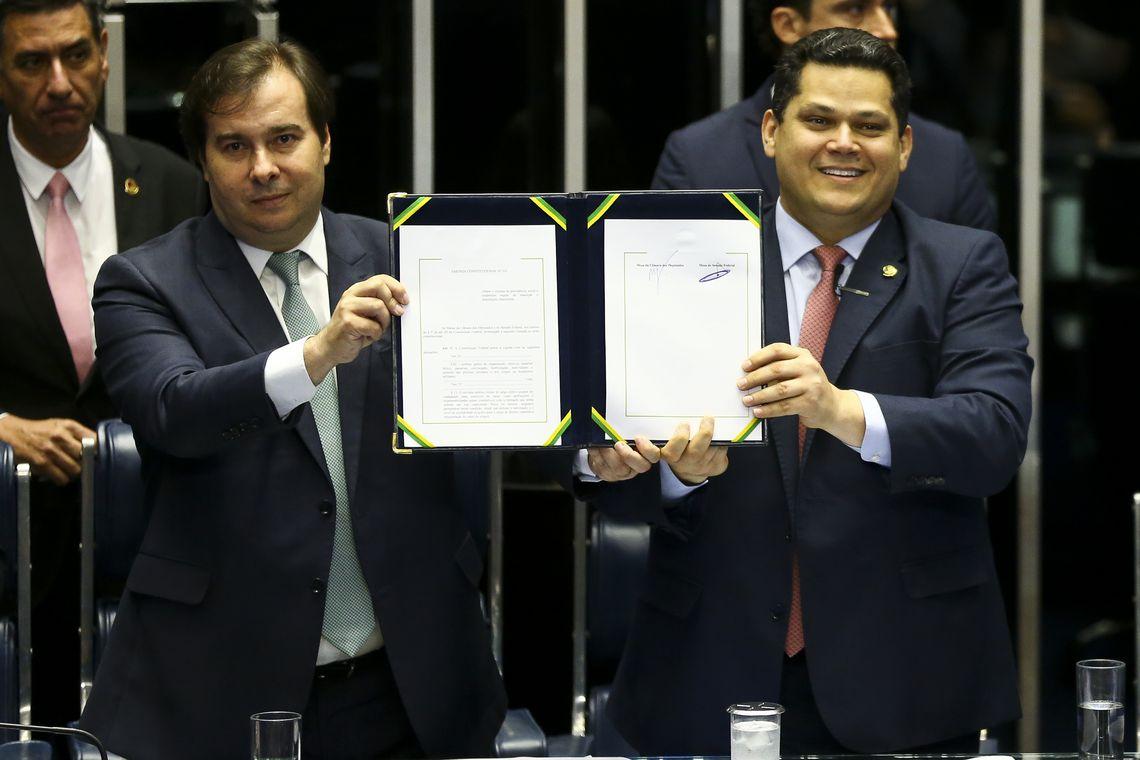 Os presidentes da Câmara, Rodrigo Maia, e do senado, Davi Alcolumbre, durante sessão do Congresso Nacional para promulgação da emenda constitucional (103/2019) da reforma da Previdência.