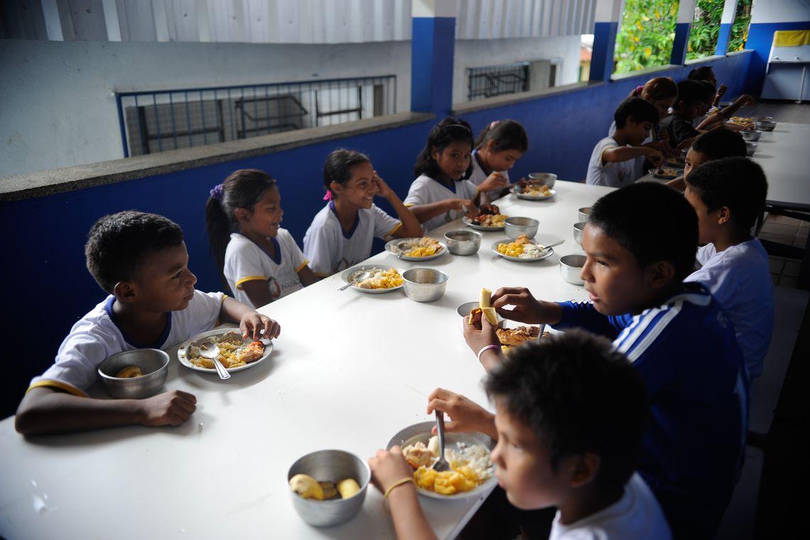 Problemas como a evasão escolar de crianças ribeirinhas diminuíram depois da chegada da lancha à comunidade São Francisco do Mainã  (Tomaz Silva/Agência Brasil)