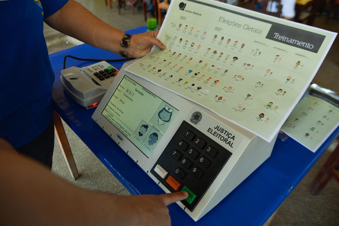 Tribunal Regional Eleitoral faz demonstrações da urna biométrica no fim de semana no Distrito Federal, para familiarizar o eleitor com a urna eletrônica (José Cruz/Agência Brasil)