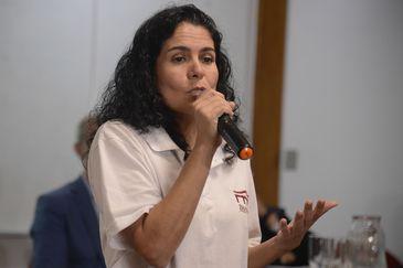 A pesquisadora Luciana Carvalho fala durante apresentação de peças resgatadas dos escombros do Museu Nacional e pertencentes a coleção egípcia da instituição em evento no Observatório Nacional, em São Cristóvão, na zona norte do Rio.