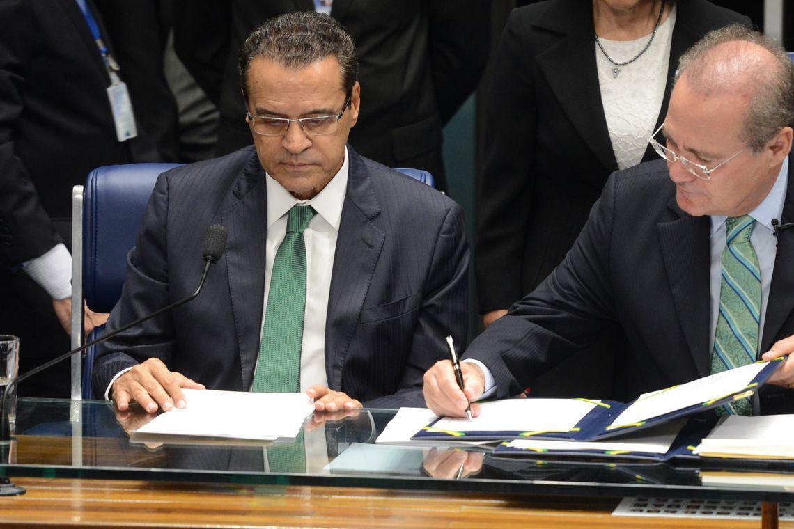 Brasília - O presidente da Câmara, Henrique Eduardo Alves, e presidente do Congresso, Renan Calheiros, promulgam a Emenda Constitucional 77, que permite médicos militares trabalharem no SUS  (Antonio Cruz/Agência Brasil)