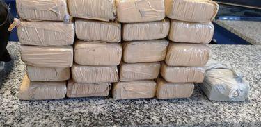 Agentes da Polícia Rodoviária Federal apreendem adolescente com tabletes de maconha