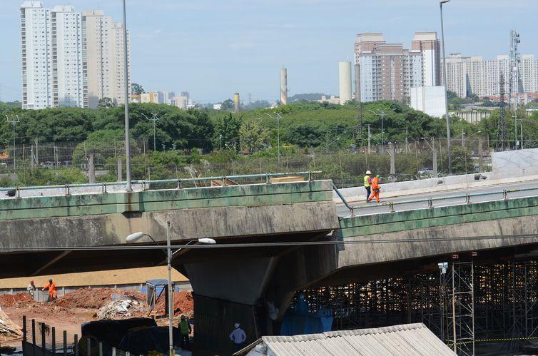 O prefeito de São Paulo, Bruno Covas, faz uma nova vistoria nas obras de recuperação do viaduto da pista expressa da Marginal Pinheiros