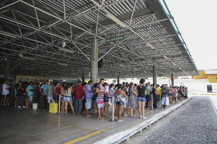 O sistema de transporte público de Fortaleza e da região metropolitana opera abaixo do normal nesta segunda-feira (7), segundo informou o Sindicato das Empresas de Transporte de Passageiros do Estado do Ceará (Sindiônibus).