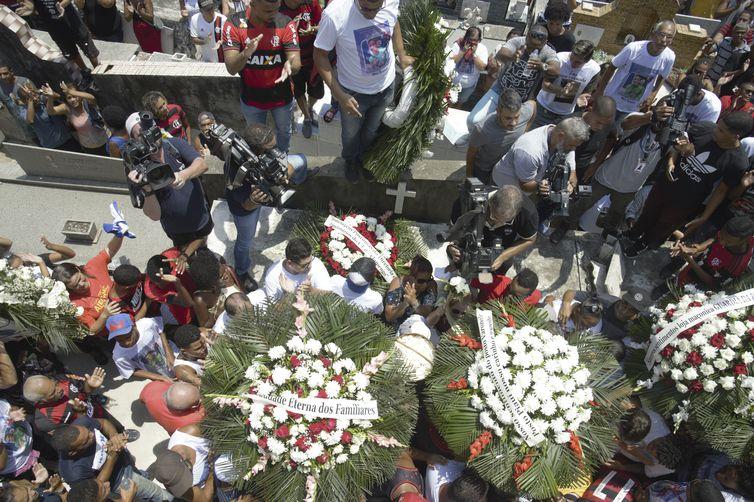 - Sepultamento do corpo do goleiro do Flamengo, Christian Esmério, de 15 anos, no Cemitério de Irajá. O atleta foi um dos 10 mortos no incêndio de sexta