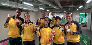 Atletas brasileiros comemoram medalhas conquistadas no Parapan de Lima