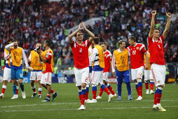 - Camisa 2 da seleção da casa, Mário Fernandes, brasileiro naturalizado russo, comemora goleada sobre a Arábia Saudita  Yuri Kochetkov/EFE/Direitos Rese