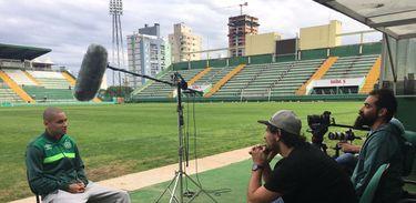 O cineasta Luís Ara durante a produção do documentário sobre o time do Chapecoense
