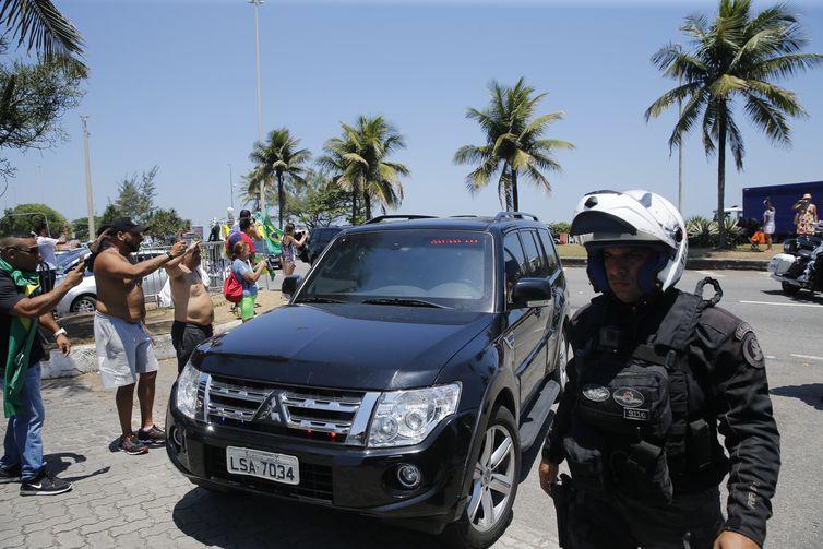 O presidente eleito Jair Bolsonaro (PSL) retorna para sua casa na Barra da Tijuca, zona oeste da capital fluminense, após cortar o cabelo.