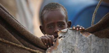 Criança somali em um campos para deslocados em Qardho. O país enfrenta uma longa seca e organismos internacionais alertam que o país pode passar por uma grave crise de fome no segundo semestre de 2017
