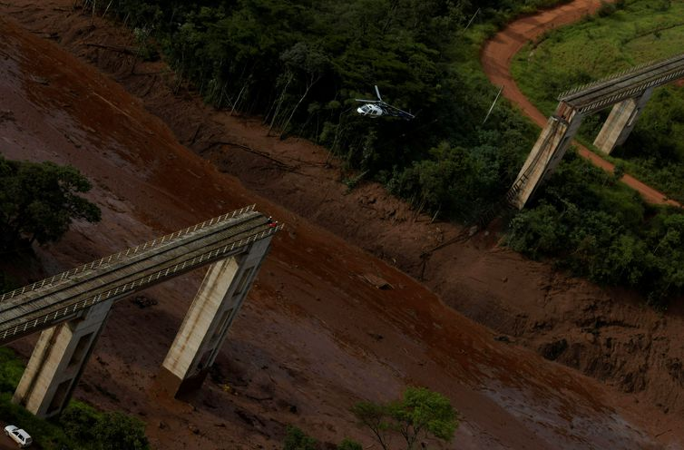 A helicopter flies over a dam owned by Brazilian miner Vale SA that burst, in Brumadinho, Brazil January 25, 2019. REUTERS/Washington Alves