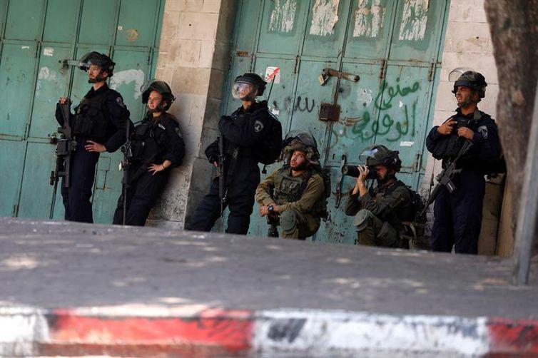 Soldados israelenses posicionados confrontos com palestinos, Hebron