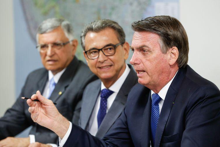 O presidente Jair Bolsonaro faz transmissão ao vivo para redes sociais.