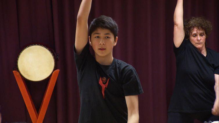 Ken ensaia com seu grupo de percussão