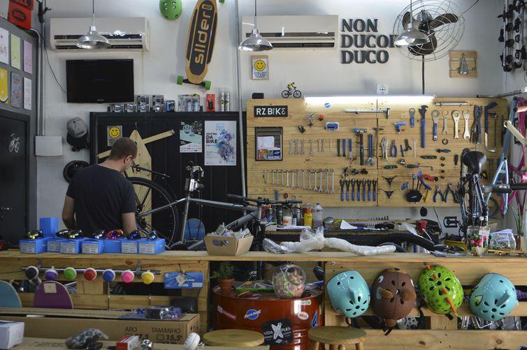 A bicicletaria do casal Carolina e Juliano Tancredi funciona na garagem da casa que moram em Perdizes, região oeste.