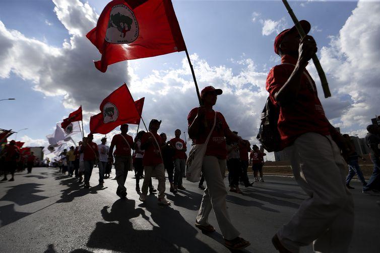 Integrantes do Movimento dos Trabalhadores Rurais Sem Terra (MST) e de outros segmentos sociais fazem ato público em apoio ao registro da candidatura de Luiz Inácio Lula da Silva à Presidência da República.