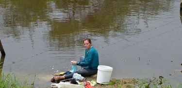 A dona de casa Aurilene Alves não se conforma em ter que atravessar a estrada para lavar roupa