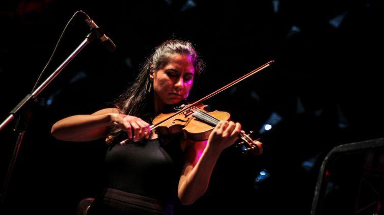 Apresentação da violinista Priscila Plata Rato no Verão Show da TV Brasil