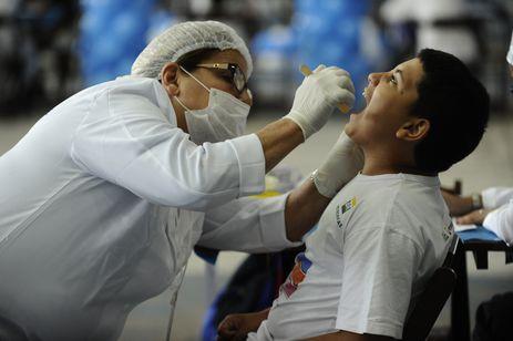 No Dia Mundial do Sorriso, a Oral-B e o programa Dentista do Bem realizam a terceira edição da maior triagem odontológica do mundo, atendendo jovens na quadra da Unidos de Vila Isabel (Tânia Rêgo/Agência Brasil)