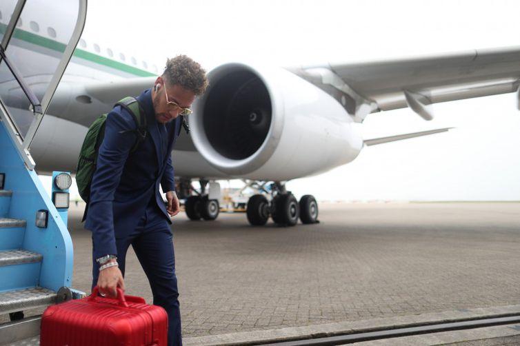 A seleção desembarcou no Aeroporto Stansted e foi direto para o CT do Tottenham